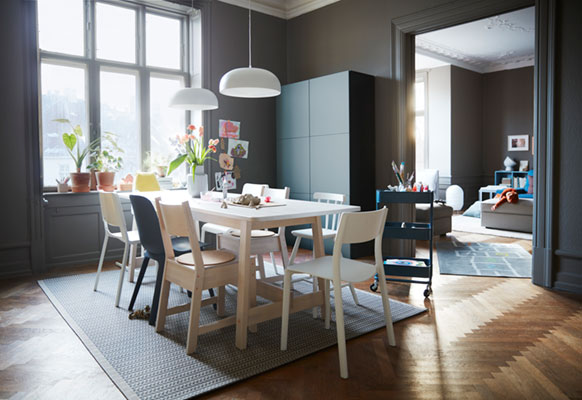 A full-house dining room that works for everyone